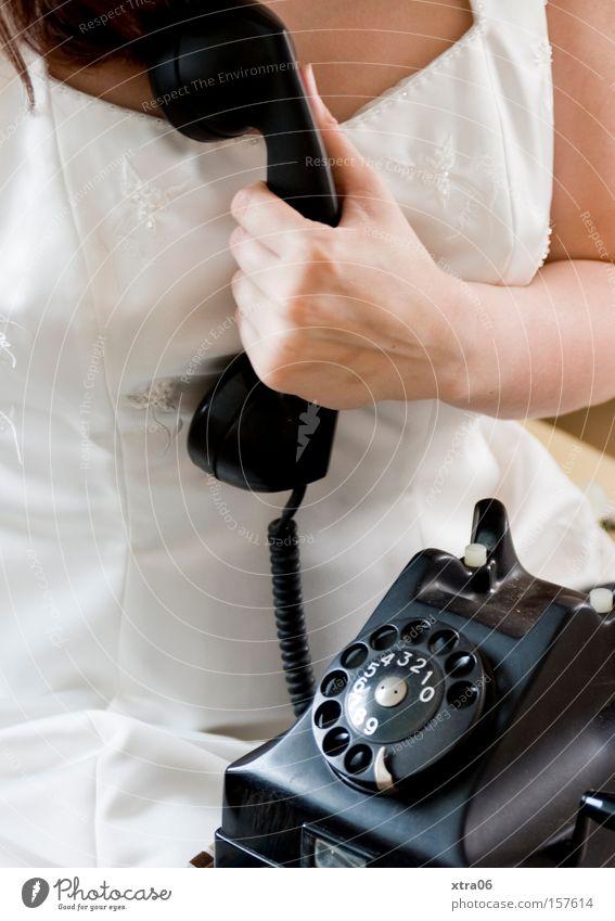 trau Dich Frau sprechen warten Telefon Braut Telefongespräch Brautkleid Kleid Telekommunikation Wählscheibe