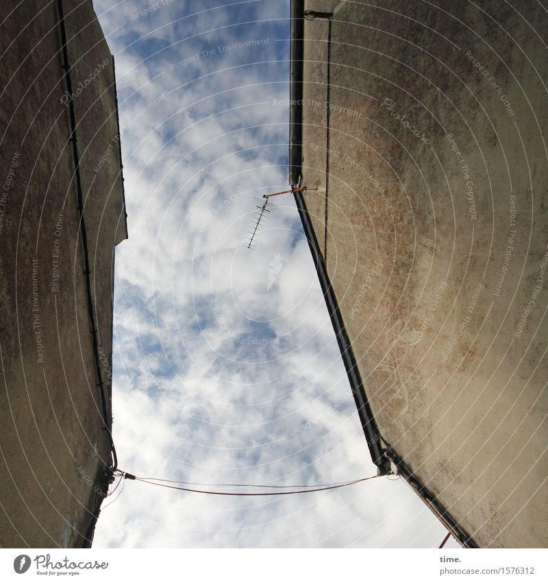 Zarte Bande Himmel Stadt alt Wolken ruhig Haus Wand Mauer Zusammensein Fassade Freundschaft Design Energiewirtschaft authentisch Kommunizieren