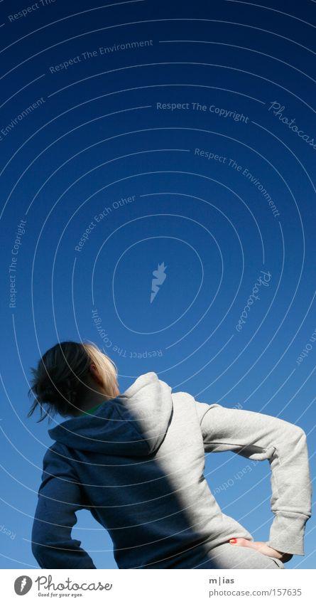 Lichtspiel auf Blau. Frau blond Schatten grau Kapuze Blauer Himmel Sommer Hochsteckfrisur Rücken Kontrast Hoodie rückwärts