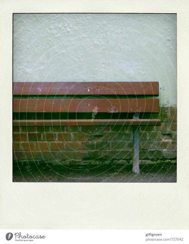halbe sache ruhig Einsamkeit Mauer leer Polaroid Bank verfallen Möbel Langeweile Sitzgelegenheit Hälfte