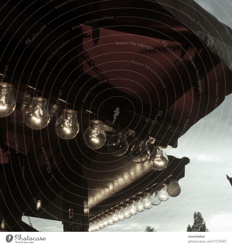 durchgebrannt Glühbirne Licht Lampe Beleuchtung Jahrmarkt Kiosk Buden u. Stände Losbude Zuckerwatte Bratwurst Luftgewehr Dose Glücksspiel Freude Alkoholisiert