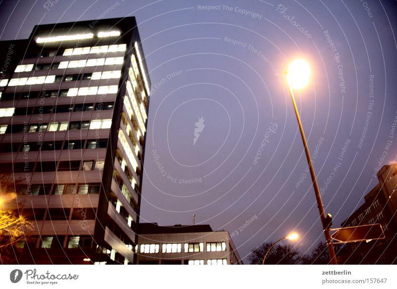 Haus & Laterne Hochhaus Gebäude Bürogebäude Straße Beleuchtung Straßenbeleuchtung Stadt Stadtzentrum Abend Nacht Dämmerung Berlin Architektur Wahrzeichen