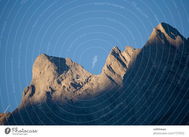 Berggipfel in der Morgensonne Lampe Berge u. Gebirge Kraft Niveau Alpen Gipfel Bergkette Bergkamm Alb