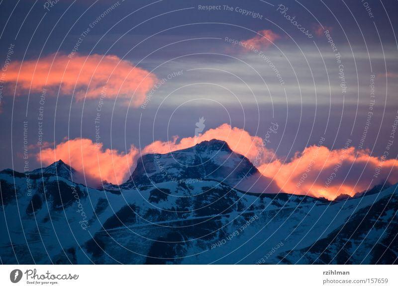 Der Berg brennt Alpen Berge u. Gebirge Gipfel Bergkamm Bergkette Brand Feuer Gegenlicht kalt Morgendämmerung Sonnenaufgang Erscheinung Schnee Winter