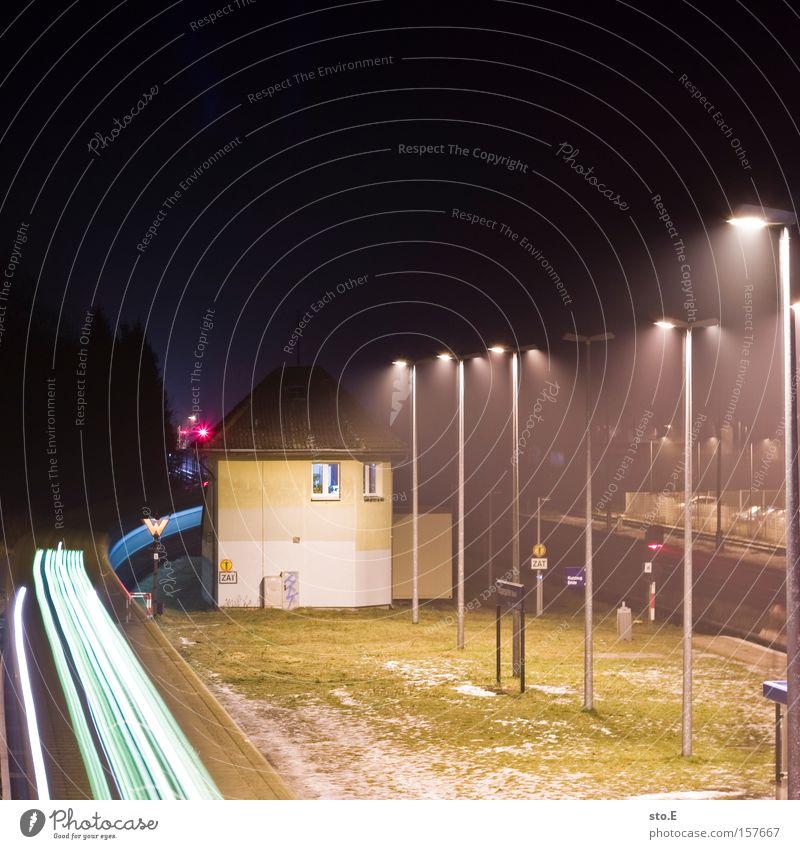 linie S5 Bahnhof S-Bahn Eisenbahn Nacht dunkel Langzeitbelichtung Licht Berlin Gleise Laterne Gebäude Hoppegarten Durchgang Nebel Verkehrswege speckgürtel