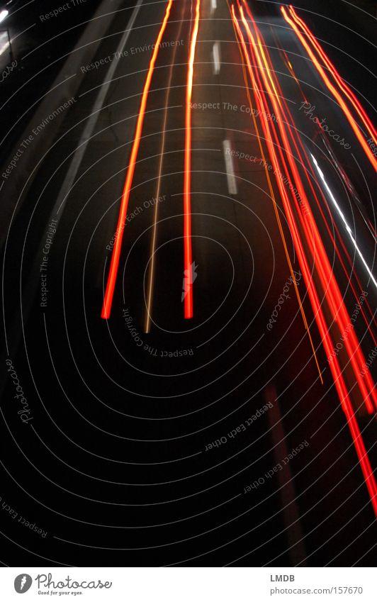 Startschwierigkeiten rot Ferien & Urlaub & Reisen Straße dunkel Verkehr KFZ Autobahn Scheinwerfer Benzin Nachtaufnahme Fahrzeugbeleuchtung Leuchtspur Rücklicht