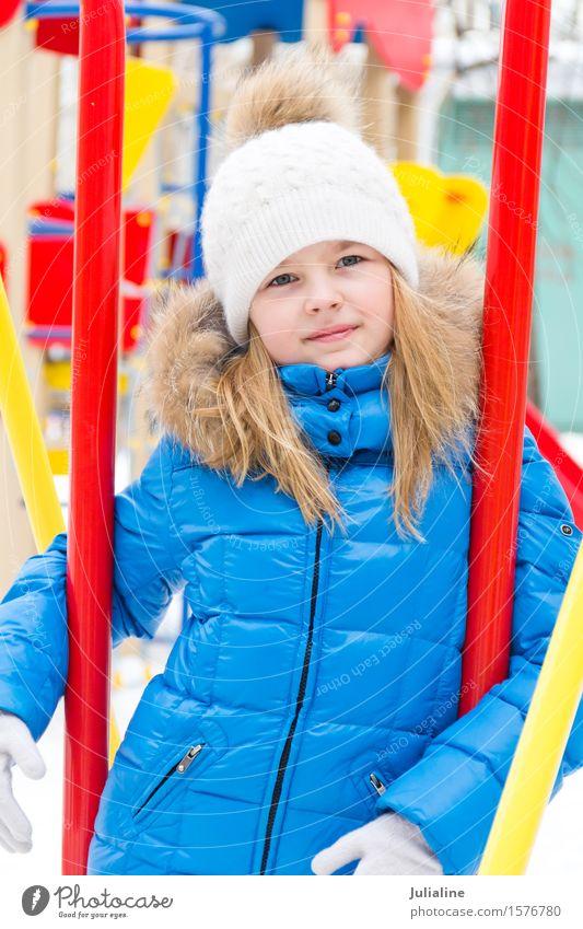 Nettes Mädchen mit blauen Augen im weißen Hut Winter Kind Kindheit 8-13 Jahre Herbst blond fünf sechs 7 acht Vorschulkind fallen Kaukasier Europäer Ausdruck