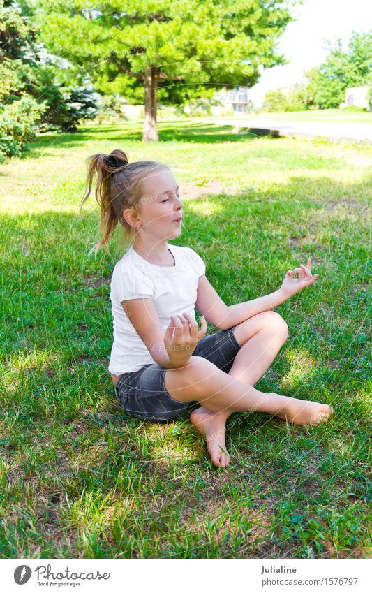 Nettes Mädchen sitzen auf grünem Gras Sommer Yoga Kind Schulkind Kindheit 8-13 Jahre blond blau weiß Lotos Pose Vorschulkind sechs 7 Kaukasier Europäer fünf
