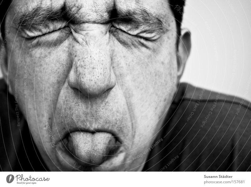 Fratzenkopf Mann weiß Freude Gesicht schwarz Auge lustig Hautfalten Wut Bart Falte Porträt Zunge Grimasse Bäh