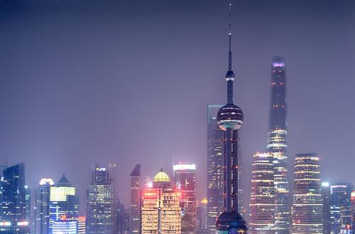 nachts in Pudong Skyline überbevölkert Hochhaus Stadt Licht Energie energiehunger Shanghai Pu Dong China hoch Langzeitbelichtung Nachtaufnahme Farbfoto