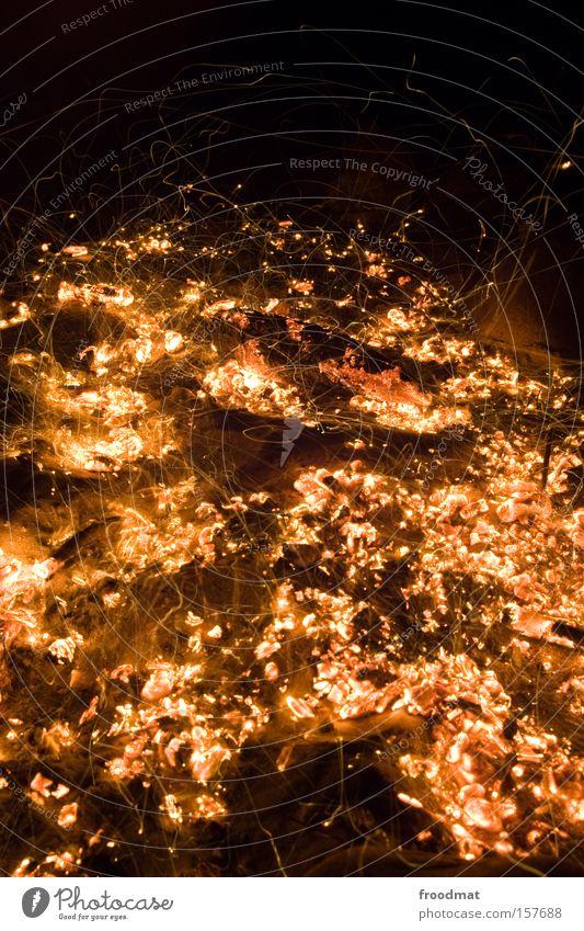 hot spot Feuer Glut heiß Nacht Feuerstelle Ferien & Urlaub & Reisen Romantik Wärme Heizung Kohle Funken brennen Vulkan Brandasche Langzeitbelichtung Sommer