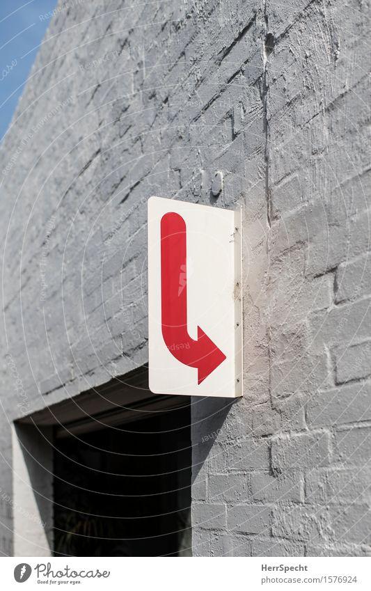 Walk this way Stadt Haus Bauwerk Gebäude Mauer Wand Metall Backstein Zeichen Schilder & Markierungen Freundlichkeit trendy rot weiß Pfeil richtungweisend