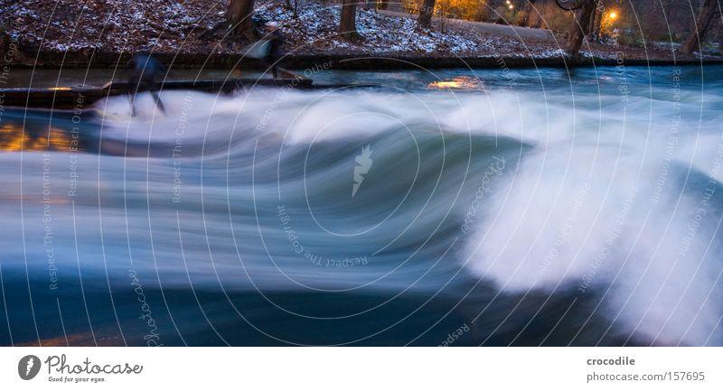 Die Welle lll Wasser Freude kalt Wellen Kraft gefährlich bedrohlich München Surfen Bach Surfer Wassersport Gischt Sport Bayern