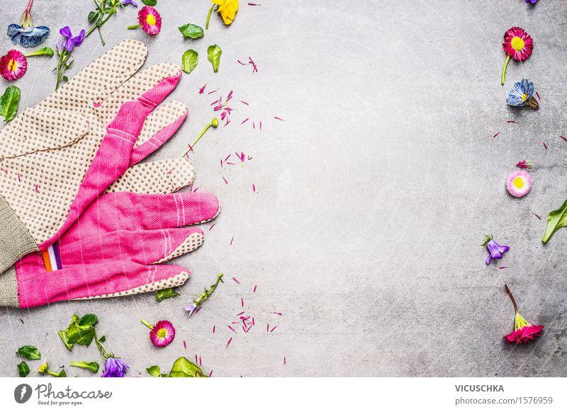 Gartenhandschuhe mit Blumen, Blättern und Pflanzen Natur Sommer Blatt Blüte Stil rosa Design Häusliches Leben Tisch Blühend Beton Gerät Gartenarbeit