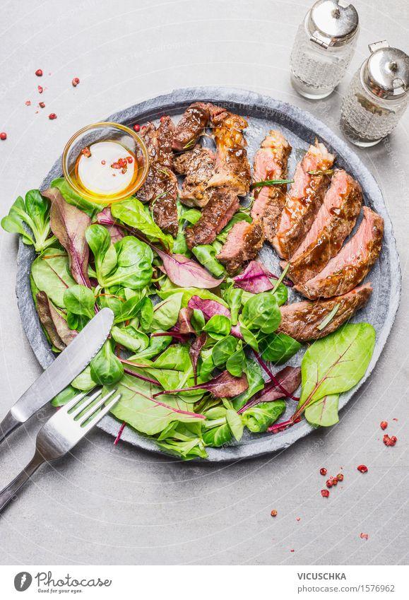 Geschnittene medium Steak vom Grill und grüner Salat Gesunde Ernährung Speise Essen Foodfotografie Stil Lebensmittel Design Tisch Kräuter & Gewürze Bioprodukte