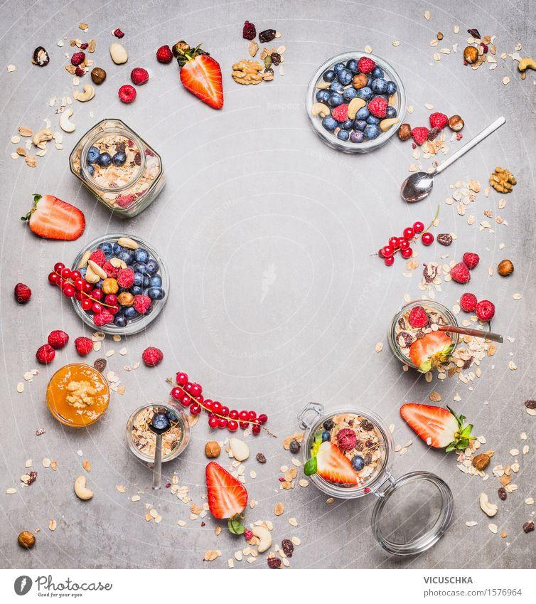 Gesundes Frühstück mit frische Beeren , Müsli und Nüsse Gesunde Ernährung Leben Foodfotografie Stil Lebensmittel Design Frucht Glas Fitness Getreide Bioprodukte