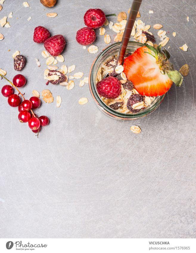 Müsli mit getrockneten Früchte , Nüsse und frischen Beeren Gesunde Ernährung Leben Essen Foodfotografie Stil Hintergrundbild Lifestyle Lebensmittel Design Frucht Glas Ernährung Tisch Bioprodukte Getreide Frühstück