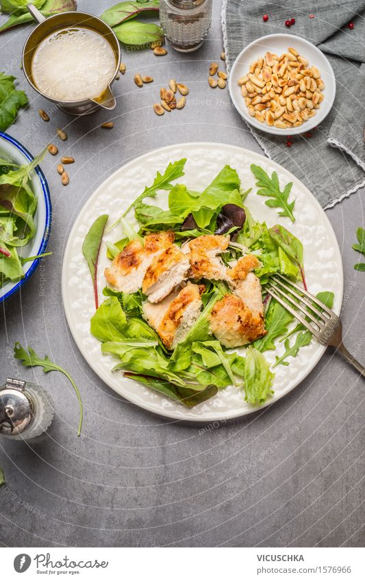 Hähnchen Salat mit grünen Mix-Salat Blätter Gesunde Ernährung gelb Leben Speise Foodfotografie Stil Lebensmittel Design Tisch Fitness Gemüse Bioprodukte