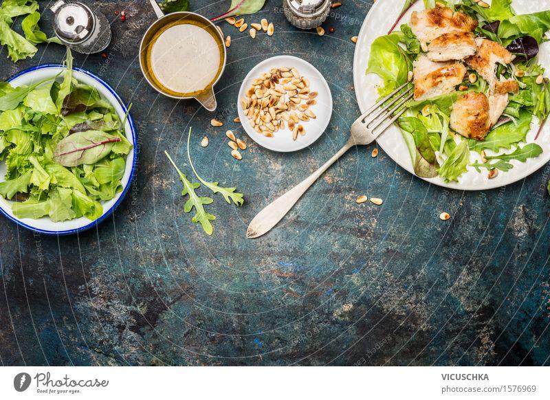 Grüner Salat mit Hähnchen, Gabel und Dressing Gesunde Ernährung Leben Stil Lebensmittel Design Wohnung Häusliches Leben Ernährung Tisch Fitness Kräuter & Gewürze Gemüse Bioprodukte Restaurant Geschirr Teller