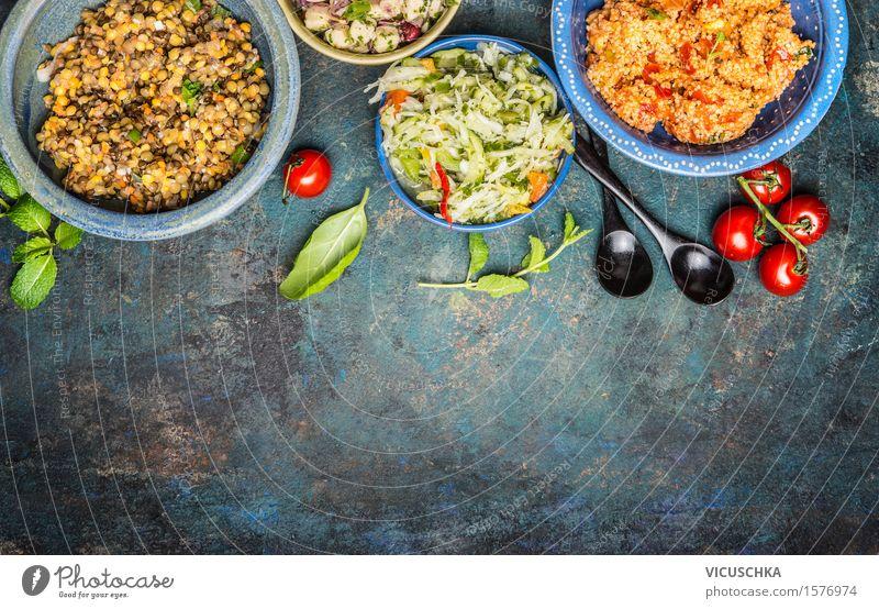 Gesunde vegetarische Salate in rustikalen Schüsseln mit Löffeln Gesunde Ernährung Leben Foodfotografie Stil Lebensmittel Party Design Ernährung Tisch Kräuter & Gewürze Gemüse Getreide Bioprodukte Restaurant Teller altehrwürdig
