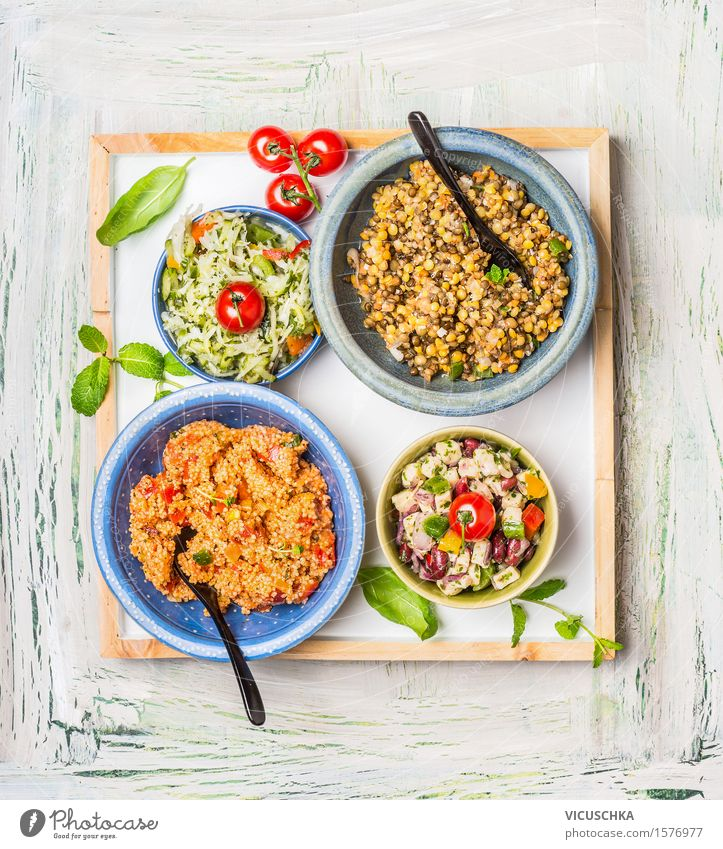 Auswahl von gesunden Salate in Schüssel Lebensmittel Gemüse Getreide Kräuter & Gewürze Öl Ernährung Mittagessen Abendessen Büffet Brunch Festessen Bioprodukte