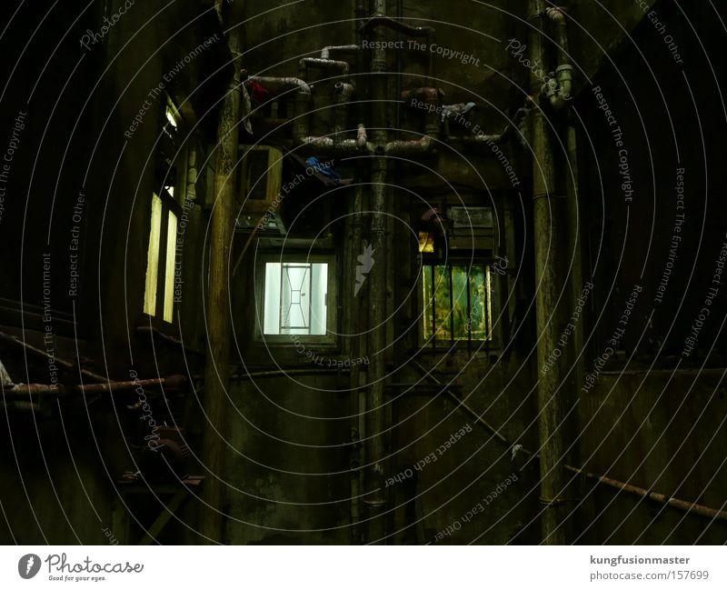 Fenster im Hof Gedeckte Farben Innenaufnahme abstrakt Kunstlicht Keller Industrie Mauer Wand Dachrinne Beton Metall Rost bedrohlich dreckig dunkel Ekel gruselig