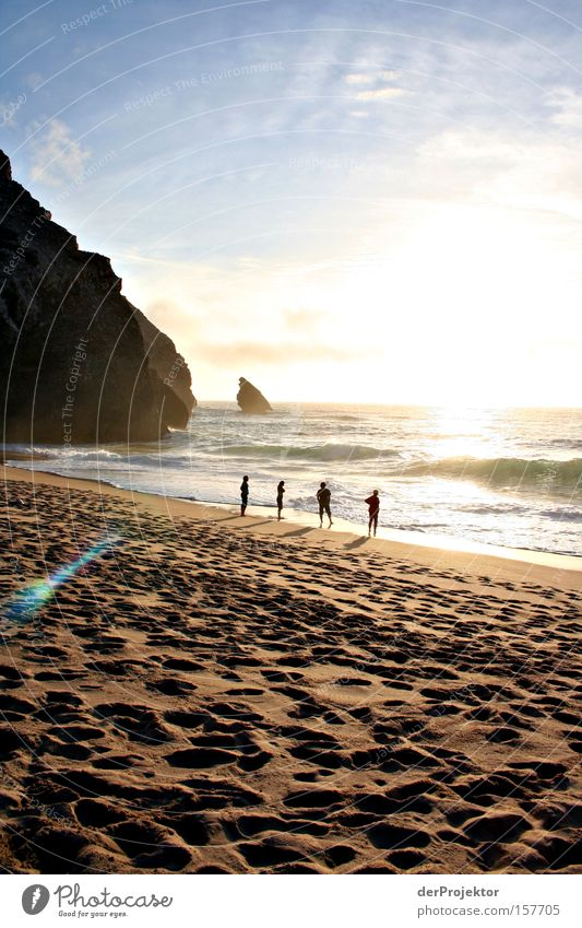 4 am Strand Mensch Himmel blau Meer Strand gelb Berge u. Gebirge Küste Sand Wellen Brandung Surfer Portugal