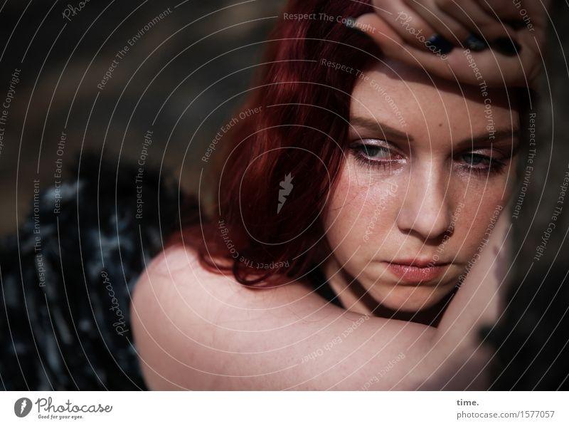 . Mensch schön Traurigkeit feminin Denken Zeit träumen nachdenklich warten beobachten Schutz Sehnsucht Schmerz langhaarig Müdigkeit Irritation