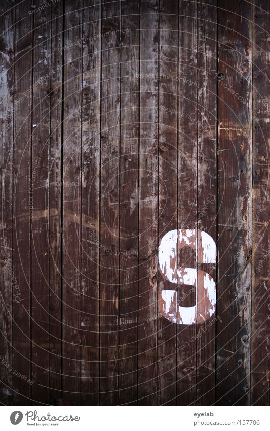 """""""S"""" ist soweit Holz Wand Kratzer Schliere Holzwand Hütte Gebäude Buchstaben Typographie Wort Detailaufnahme Schriftzeichen Kommunizieren zerkratzen silbe weiß"""