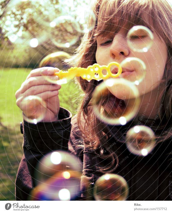 Seifenblasenspaß. Frau Kind Jugendliche schön Mädchen Sommer Freude Gesicht Spielen Glück Frühling blond Fröhlichkeit Seifenblase Mensch Blase