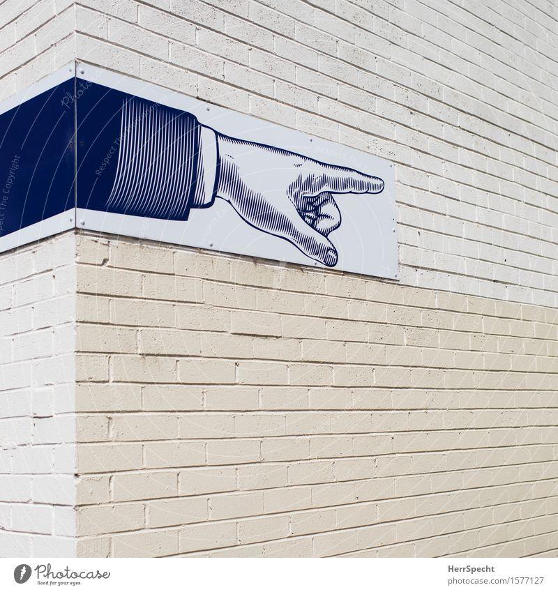 Fingerzeig Haus Bauwerk Gebäude Mauer Wand Zeichen Schilder & Markierungen Hinweisschild Warnschild ästhetisch eckig retro Stadt Hausecke zeigen Zeigefinger