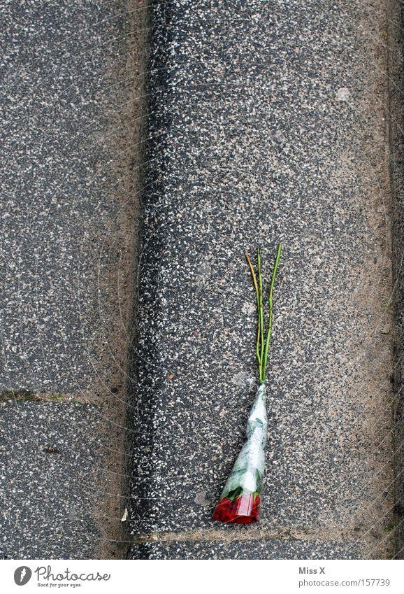 Ein RIESEN Blumenstrauß Einsamkeit Straße grau Wege & Pfade Stein Feste & Feiern Treppe Rose Partnerschaft verloren Verliebtheit Liebeskummer vergessen