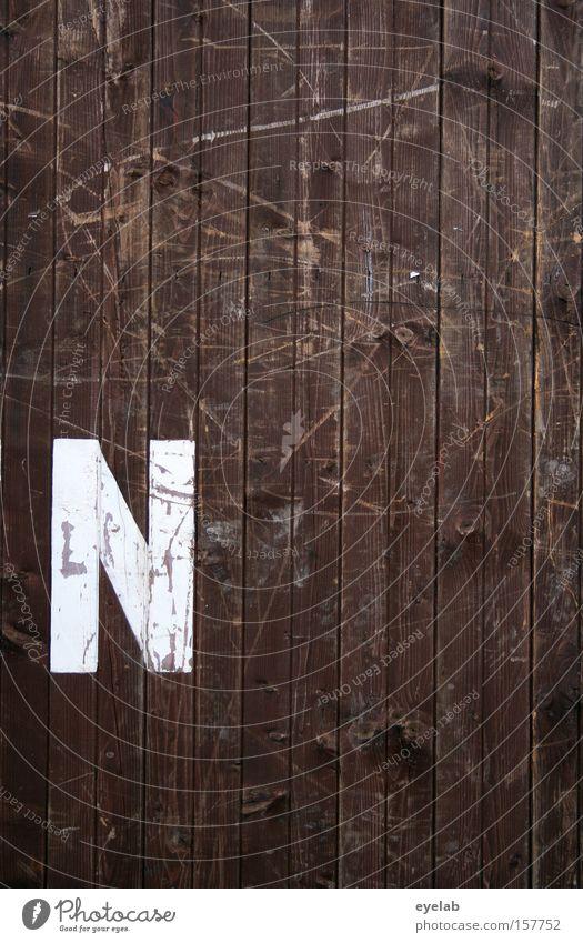 N Holz Wand Kratzer Schliere Holzwand Hütte Gebäude Buchstaben Typographie Wort Detailaufnahme Schriftzeichen Kommunizieren zerkratzen silbe weiß braun alt