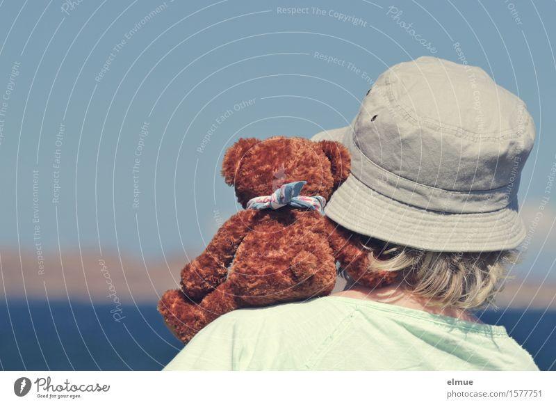 Teddy Per macht Urlaub (11) Frau Erwachsene Kopf Wasser Wolkenloser Himmel Horizont Meer Teddybär Stofftiere Mütze Blick sitzen Zusammensein Glück kuschlig
