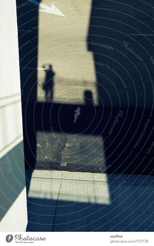 Bühnenbild Mann Haus Straße Pfeil Bühne Bürgersteig Verkehrswege Fotograf Schatten