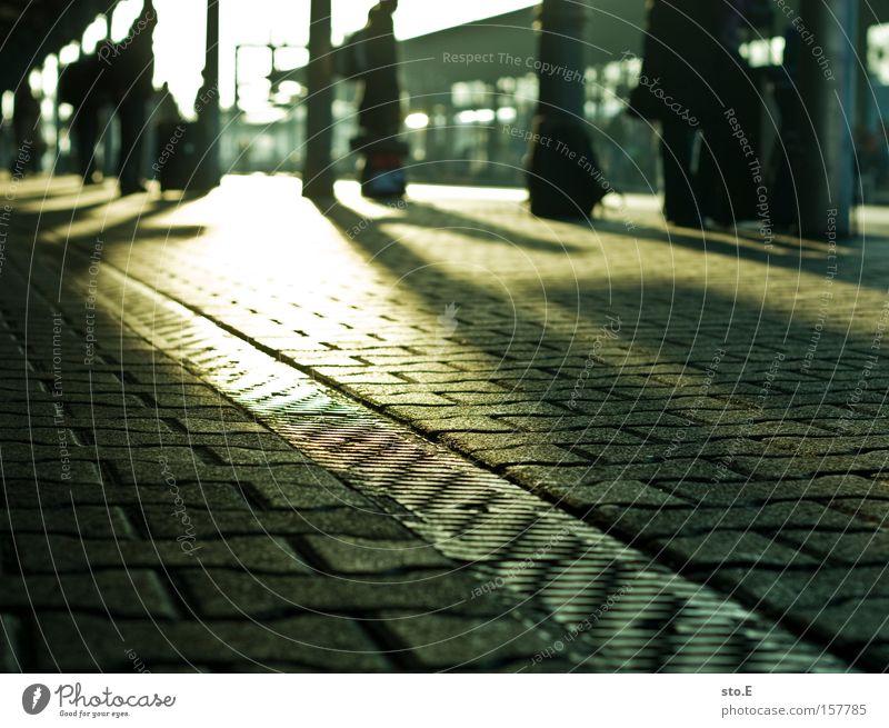 reisende Bahnhof Eisenbahn Asphalt Pflastersteine Ferien & Urlaub & Reisen Reisefotografie Ausflug Koffer Gepäck Licht Schatten Regenrinne