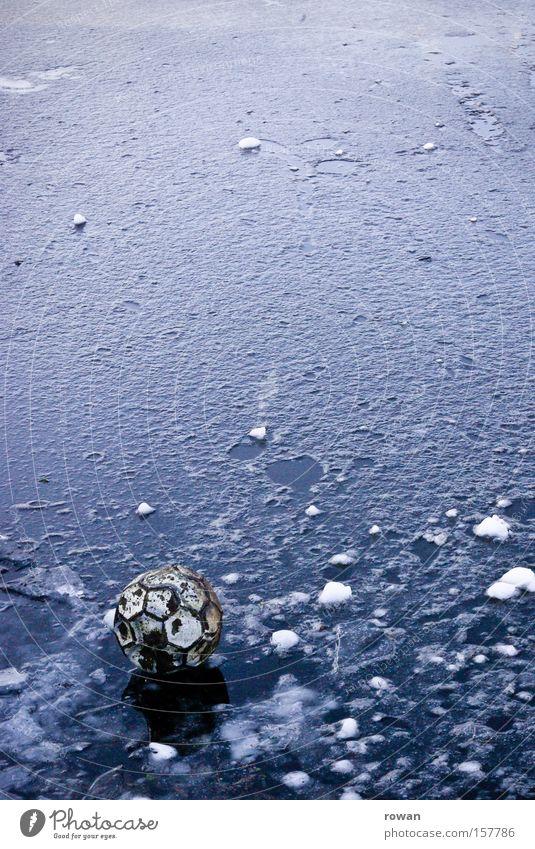 wer holt den ball? Ball Fußball kalt Winter Eis verloren See Spielen