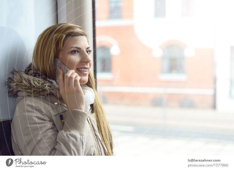 Blonde Frau, die am Handy spricht Gesicht sprechen Telefon Erwachsene 1 Mensch 18-30 Jahre Jugendliche Verkehr Eisenbahn hören Lächeln attraktiv Mitteilung