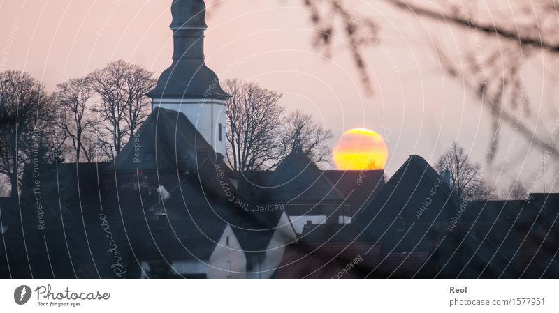 Sonnenuntergang hinter einer Kirche Himmel Natur Stadt Sonne Landschaft Haus Winter schwarz gelb Herbst Religion & Glaube Gebäude orange gold Aussicht Kirche