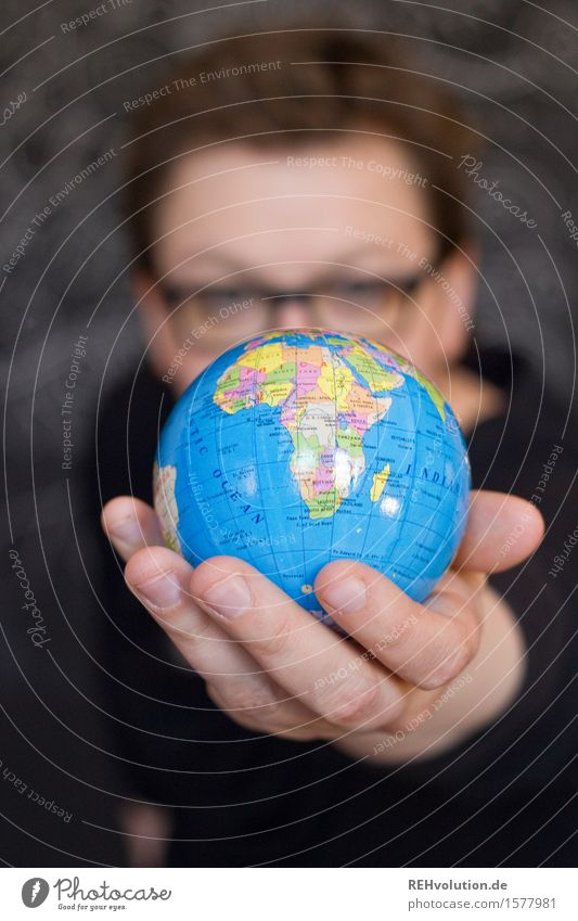 """300 -> """"... nur noch kurz die Welt retten!"""" feminin Frau Erwachsene Hand 1 Mensch 30-45 Jahre Kugel nachhaltig blau Schutz Opferbereitschaft Menschlichkeit"""