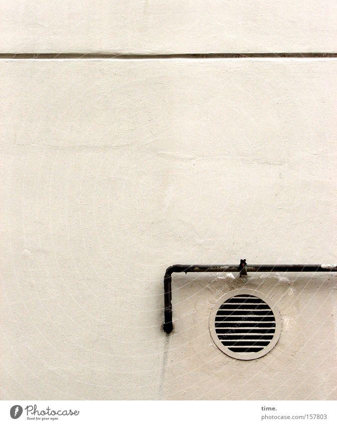 Lebenslinien #07 Mauer Wand Beton rund Lüftungsschacht Leitung parallel Ecke Loch Belüftung Lamelle Röhren Menschenleer weiß Textfreiraum oben
