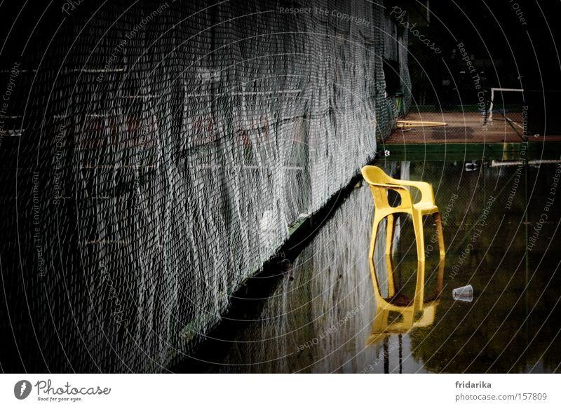 wassersport II Wasser gelb Pause Stuhl Zaun Fangnetz Pfütze Spiegelbild Regenwasser Redewendung Überschwemmung Tennisplatz Maschendraht Plastikstuhl