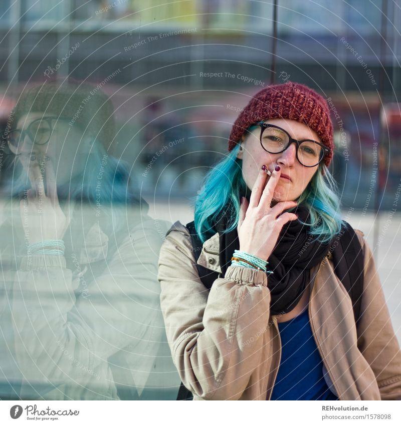 Zug um Zug lernen Student Mensch feminin Junge Frau Jugendliche 1 18-30 Jahre Erwachsene Stadt Stadtzentrum Fußgängerzone Mütze Haare & Frisuren Rauchen