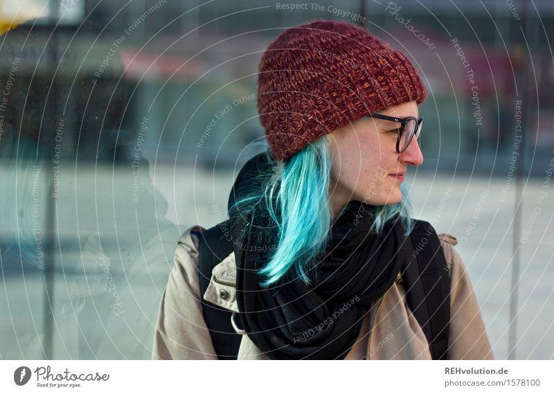 jule Mensch feminin Junge Frau Jugendliche 1 18-30 Jahre Erwachsene Stadt Stadtzentrum Fußgängerzone Brille Mütze Haare & Frisuren langhaarig stehen warten