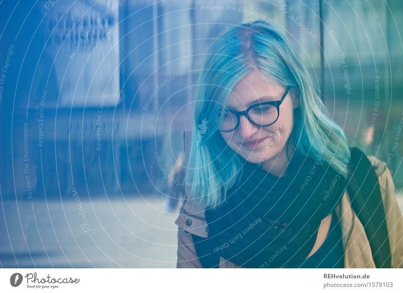 unterwegs Mensch Jugendliche Stadt blau Junge Frau 18-30 Jahre Erwachsene feminin außergewöhnlich Haare & Frisuren authentisch einzigartig Kultur Brille Student