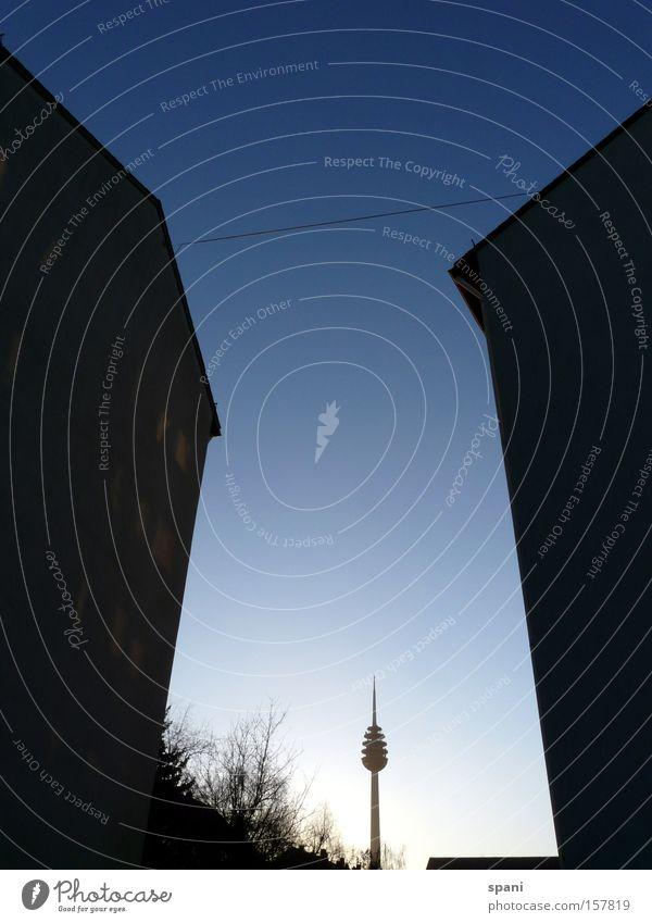Na, Kleiner Baum Architektur Perspektive Dach Denkmal Wahrzeichen Blauer Himmel Fernsehturm Nürnberg