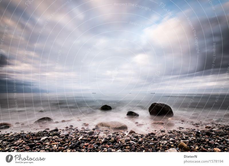 Meer aus Steinen Umwelt Landschaft Wasser Himmel Wolken Klima Wetter schlechtes Wetter Unwetter Wind Wellen Küste Strand Ostsee blau schwarz weiß steinig
