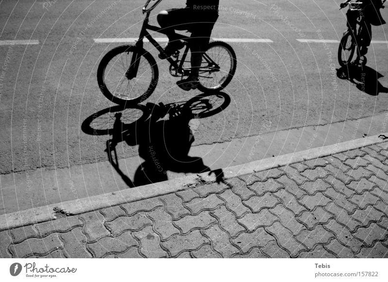 BMX Kids Kind Schatten Schwarzweißfoto Straße winken Jugendliche Fahrrad