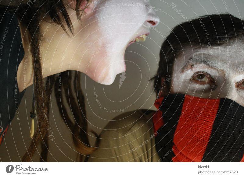 Spuk im Hochhaus Frau Mann rot Angst Zähne Rastalocken Blick Nase schreien Panik Männergesicht Frauengesicht Konflikt & Streit vermummt seltsam Schal Aggression