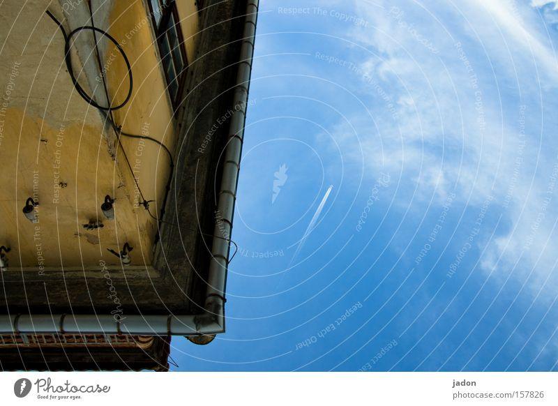 Haus.Ecke. Himmel Haus fliegen Elektrizität Luftverkehr Kabel Vergänglichkeit Burg oder Schloss verfallen historisch Ruine Renovieren Hochspannungsleitung Altbau Sanieren Dachrinne